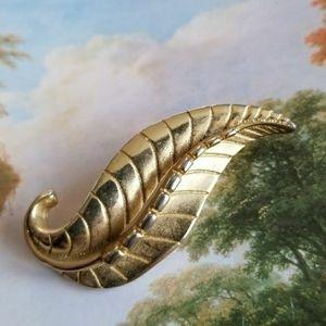 Vintage Sarah Coventry leaf brooch gold